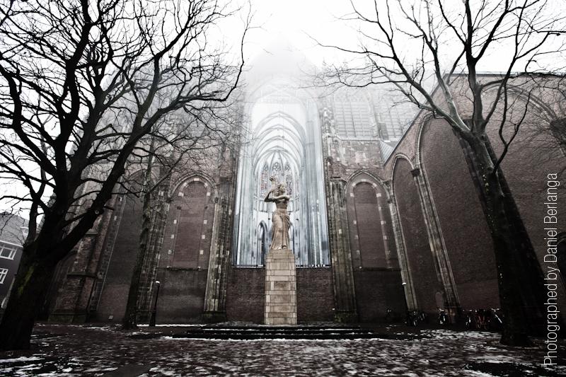 Estatua en la niebla
