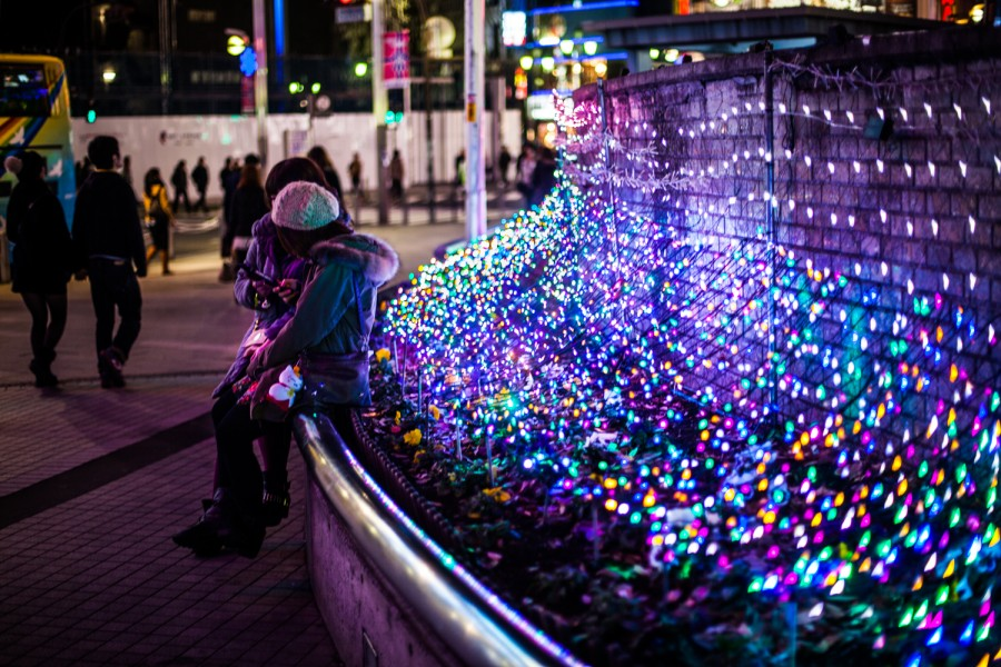Dos chicas iluminadas por las luces de Navidad