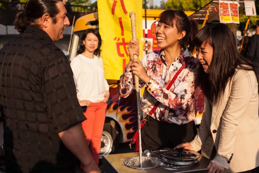 Yuuka y Nanami trabajand el helado Turco